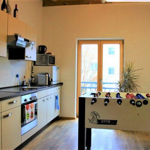 Das Bild zeigt die Küche des techmatrix Standortes in Ingolstadt mit dem Kicker.